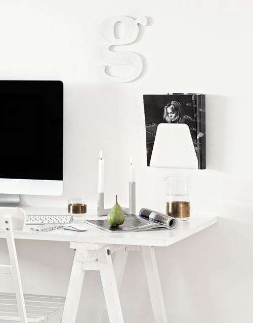 Revistero metálico blanco de pared. Designers in-home. Muebles de diseño y decoración, accesorios para el hogar. Encuentra estilo en tu tienda de decoración