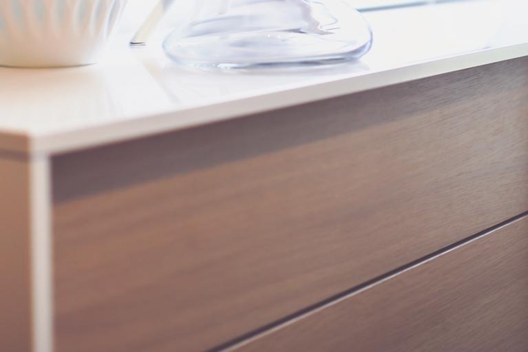"""Detalle de madera Los 10 """"indispensables"""" para hacer tu hogar confortable. Blog de interiorismo, arte y tendencias, Designers in-home. Bienvenido a DIHWEB.COM Descubre las últimas tendencias en diseño de interior, decoración y muebles."""