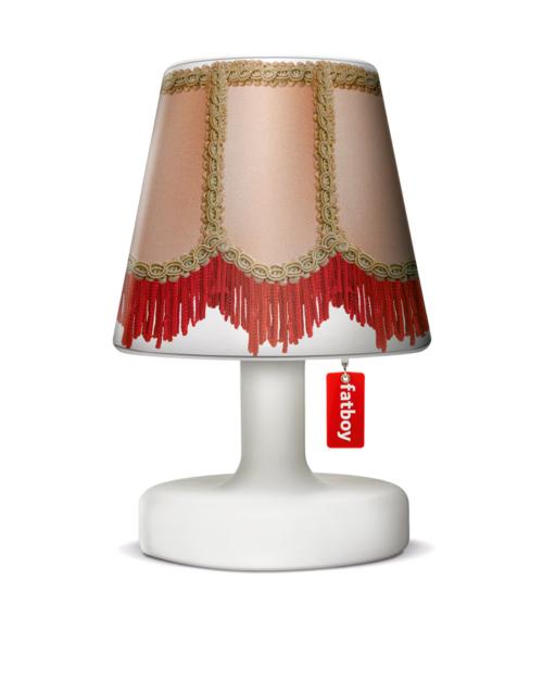 La pantalla de lámpara COOPER CAPPIE de Fatboy, combina con todo, ya que tienes una amplia gamma de estilos. Queda perfecta en cualquier ambiente, ocasión y estado de animo. Desde romántico hasta vintage, con tonos coloridos o neutros. Viste tu lámpara y adorna tu interior con ella.